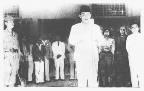 pembacaan teks proklamasi Soekarno didampingi Hatta memproklamasikan  kemerdekaan Indonesia pada tanggal 17 Agustus 1945. d6f7867aa0