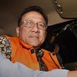 Ketua DPD Irman Gusman  dengan mengenakan rompi tahanan KPK memasuki mobil seusai diperiksa penyidik terkait kasus dugaan suap kuota impor gula, Jakarta, Sabtu (17/9). Irman Gusman ditangkap dalam Operasi Tangkap Tangan (OTT) KPK beserta barang bukti uang senilai Rp.100 juta, pada Sabtu dini hari. ANTARA FOTO/ Yudhi Mahatma/pras/16